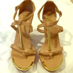 Dolce Vita Wedge Shoes Sz 8. Gold Trim